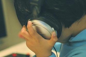 Niño escuchando a través de auriculares. La Escucha Inconsciente.